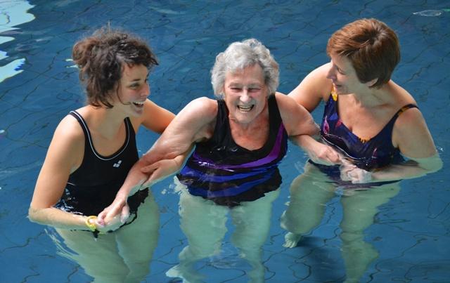 zwemmen voor mensen met een beperking onder begeleiding van vrijwilligers van het Rode Kruis